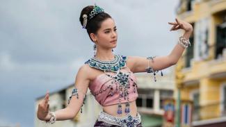Yaya Urassaya saat menari di hadapan masyarakat Nakhon Phanom.