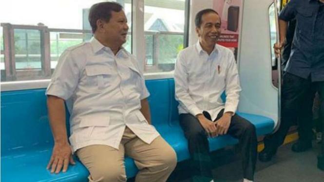 Prabowo Subianto dan Presiden Joko Widodo berbincang hangat di MRT.