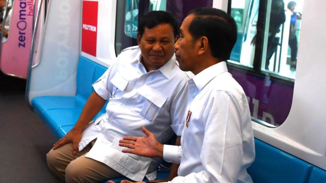 Pertemuan Jokowi-Prabowo di kereta MRT.
