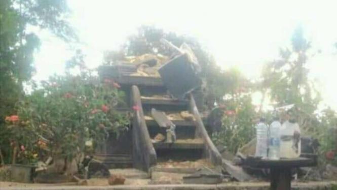 Pura Semare Budhi di Kecamatan Labangka, Kabupaten Sumbawa, rusak akibat gempa.