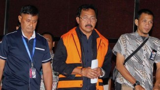Gubernur Kepulauan Riau Nurdin Basirun (tengah) jadi tahanan KPK