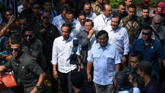 Pertemuan pertama Jokowi dan Prabowo usai Pilpres di stasiun MRT Lebak Bulus Jakarta, 13 Juli 2019.