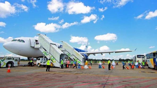 Jemaah calon haji naik pesawat untuk berangkat ke Tanah Suci di Arab Saudi (Foto ilustrasi)