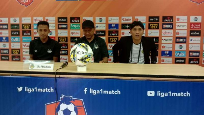 Pelatih Tira Persikabo, Rahmad Darmawan (tengah)