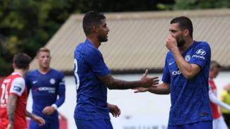 Pemain Chelsea, Emerson Palmieri (kiri) dan Mateo Kovacic