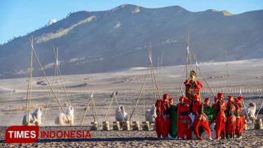 https://thumb.viva.co.id/media/frontend/thumbs3/2019/07/13/5d29f57b39613-eksotika-bromo-masuk-top-30-event-wonderful-indonesia_375_211.jpg