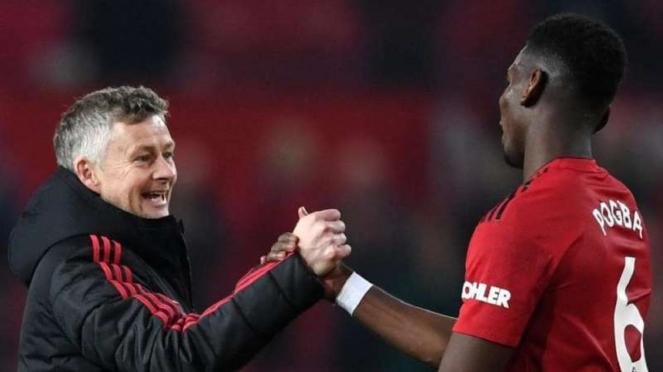 Manajer Manchester United, Ole Gunnar Solskjaer (kiri) bersama Paul Pogba