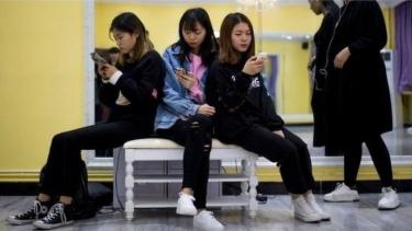 https://thumb.viva.co.id/media/frontend/thumbs3/2019/07/14/5d2b09a878de2-apakah-ponsel-pintar-adalah-candu-rakyat-saat-ini_375_211.jpg