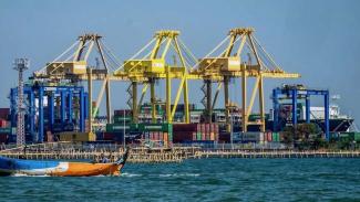 https://thumb.viva.co.id/media/frontend/thumbs3/2019/07/15/5d2be5cad362f-aktivitas-di-terminal-peti-kemas-tpk-pelabuhan-tanjung-emas-semarang_325_183.jpg