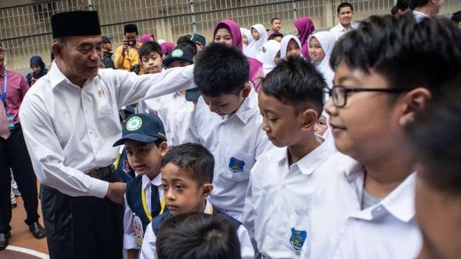 Mendikbud Muhadjir Effendy berbincang dengan murid SD Muhammadiyah 5 Jakarta