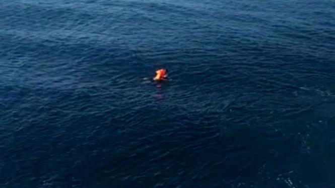 Pria loncat ke laut