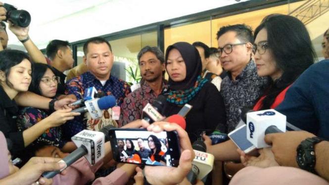 Baiq Nuril, terpidana kasus UU ITE,  di Kantor Staf Presiden (KSP).