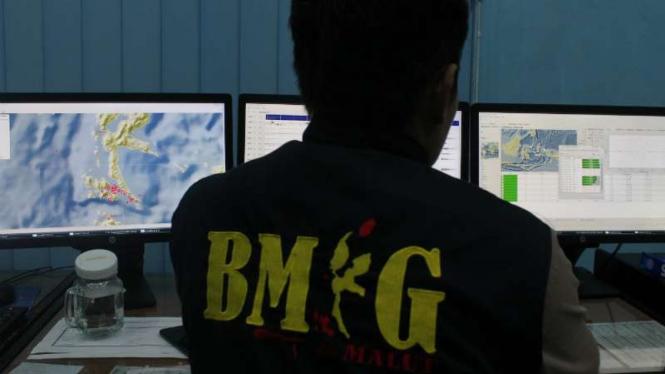 Petugas BMKG saat mengamati data pergerakan gempa.
