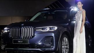 Model berpose di dekat BMW X7 saat peluncurannya di Jakarta, Senin 15 Juli 2019