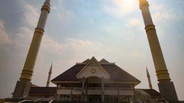 https://thumb.viva.co.id/media/frontend/thumbs3/2019/07/15/5d2ca0358b7ee-masjid-raya-kh-hasyim-asy-ari_375_211.jpg
