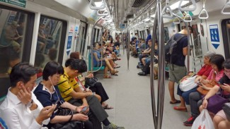 https://thumb.viva.co.id/media/frontend/thumbs3/2019/07/16/5d2d0a5c48f2e-ilustrasi-penumpang-kereta_325_183.jpg