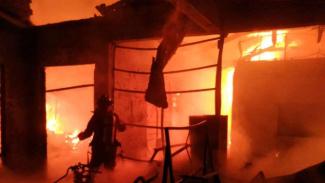 https://thumb.viva.co.id/media/frontend/thumbs3/2019/07/16/5d2d5add48a2e-kebakaran-di-depok-jawa-barat-selasa-16-juli-2019_325_183.jpg