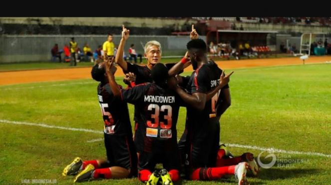 Para pemain Persipura merayakan gol