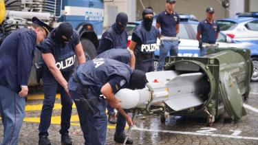 https://thumb.viva.co.id/media/frontend/thumbs3/2019/07/16/5d2d80d297cb2-polisi-italia-razia-kelompok-neo-nazi-sita-rudal-pesawat-siap-tempur_375_211.jpg