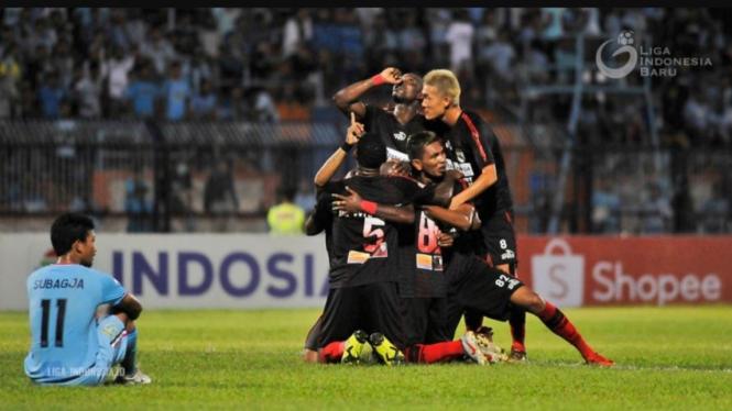 Pemain Persipura merayakan gol