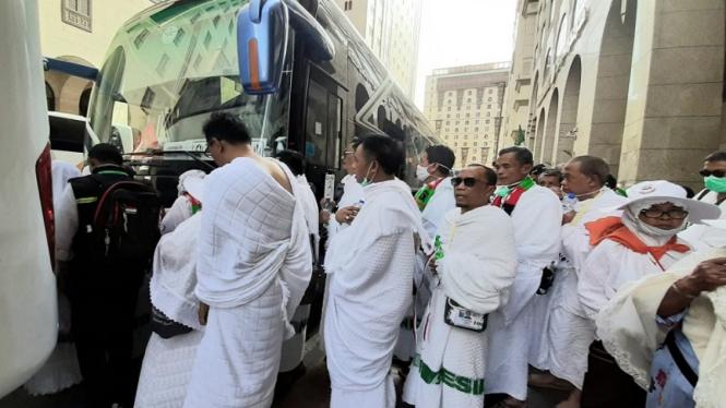 jemaah haji di Madinah bersiap naik bus untuk diberangkatkan ke Mekah
