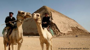 https://thumb.viva.co.id/media/frontend/thumbs3/2019/07/16/5d2d8d14212c9-piramida-bungkuk-di-mesir-kini-dibuka-untuk-turis_375_211.jpg
