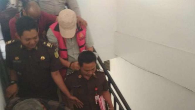 Wakil Ketua DPRD Surabaya, Dharmawan (rompi merah) ditahan oleh Kejaksaan Negeri Tanjung Perak Surabaya, Jawa Timur, pada Selasa, 16 Juli 2019.