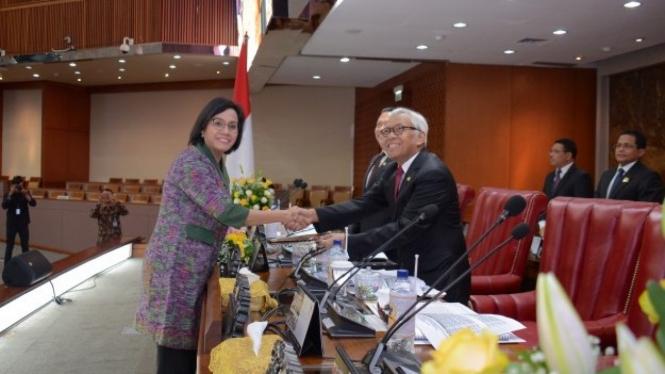 Wakil Ketua DPR RI Agus Hermanto dan Menteri Keuangan Sri Mulyani Indrawati.
