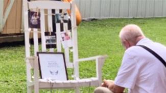 Kakek makan sendirian di hadapan kursi kosong