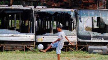 "Anak-anak Bermain di ""Kuburan"" Bus TransJakarta"