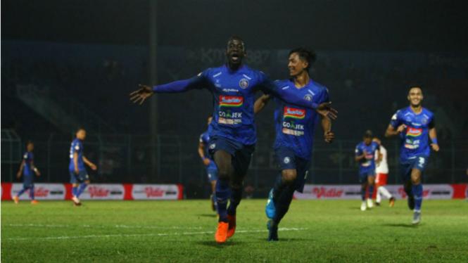 Gelandang Arema FC, Makan Konate, merayakan gol