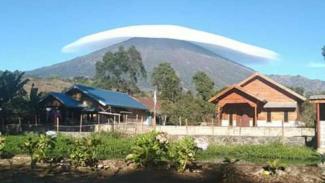 https://thumb.viva.co.id/media/frontend/thumbs3/2019/07/17/5d2ea4f8dad0a-topi-awan-di-gunung-rinjani_325_183.jpg