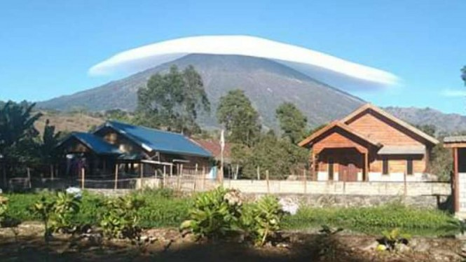ILUSTRASI Topi awan di Gunung Rinjani.
