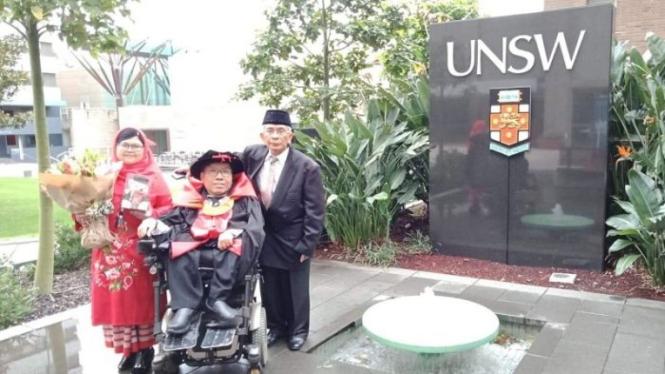 Antoni Tsaputra bersama istri Yuki Melani dan ayahnya Effendi setelah lulus dari UNSW di Sydney.