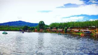 Keindahan Panorama Danau Laet