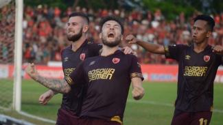 Pemain PSM melakukan selebrasi usai mencetak gol