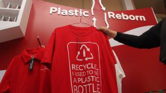 Model menunjukkan kaus yang dibuat dari limbah botol plastik saat peluncuran Plastic Reborn 2.0 yang diluncurkan Coca Cola di Jakarta, Rabu 17 Juli 2019