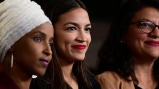 Anggota Kongres lhan Omar (kiri) dan Alexandria Ocasio-Cortez dan Rashida Tlaib yang menentang Trump setelah