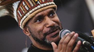 https://thumb.viva.co.id/media/frontend/thumbs3/2019/07/18/5d2fe98def470-kota-oxford-beri-penghargaan-untuk-aktivis-pro-kemerdekaan-papua-benny-wenda-pemerintah-ri-mengecam_375_211.jpg