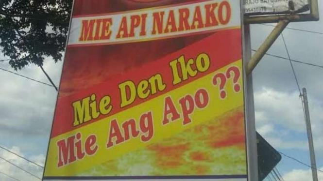 Salah satu papan restoran yang menawarkan mi api neraka.