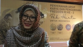 Siti Hardiyanti Rukmana (Mbak Tutut) menyerahkan dokumen Soeharto ke negara