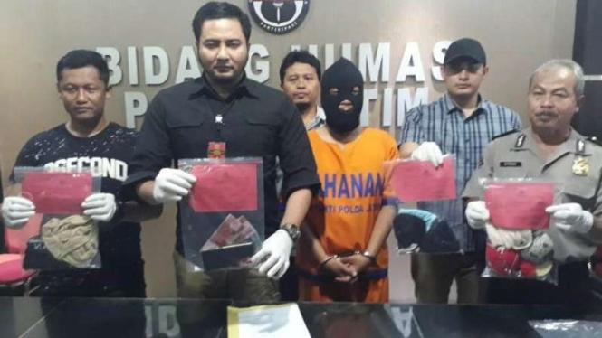 Polisi tangkap Ak, pria yang bisnis pesta seks di Jawa Timur.