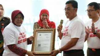 Walikota Surabaya, Tri Rismaharini, menerima pengembalian aset dari Kejaksaan.