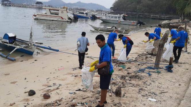 Bersih-bersih pantai Pede Labuan Bajo