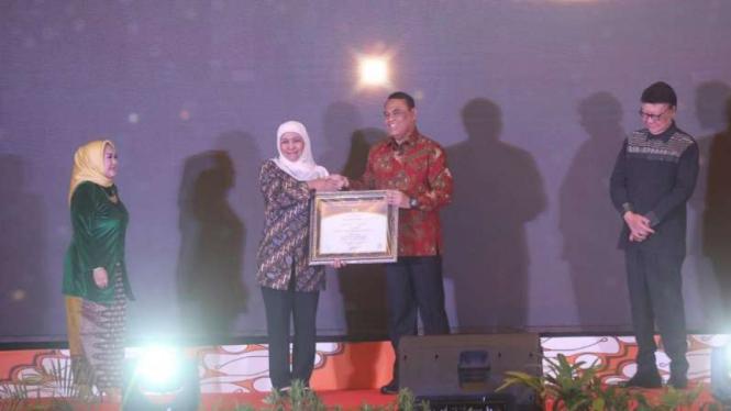 Gubernur Jatim Khofifah Indar Parawansa saat menerima penghargaan dari Menpan RB dalam Top99 Inovasi Pelayanan Publik di Semarang, Jawa Tengah, pada Kamis malam, 18 Juli 2019.