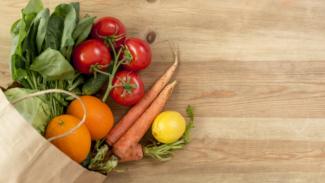 Buah-buahan dan sayur-sayuran.