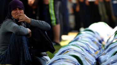 https://thumb.viva.co.id/media/frontend/thumbs3/2019/07/19/5d31a35988bd6-pembantaian-muslim-srebrenica-tentara-belanda-ikut-bertanggung-jawab-atas-pembunuhan-masal-350-orang_375_211.jpg