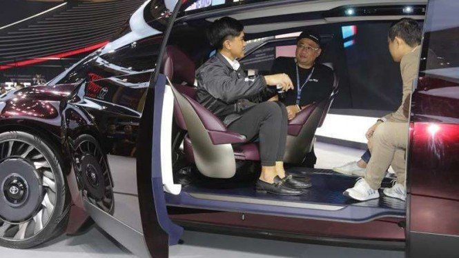 Kaesang duduk di kabin mobil konsep Toyota.