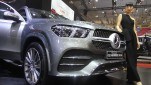 Model berpose di mobil Mercedes-Benz The new GLE pada gelaran GAIKINDO Indonesia International Auto Show (GIIAS) di Indonesia Convention Exhibition (ICE) BSD City, Tangerang, Jumat 19 Juli 2019.