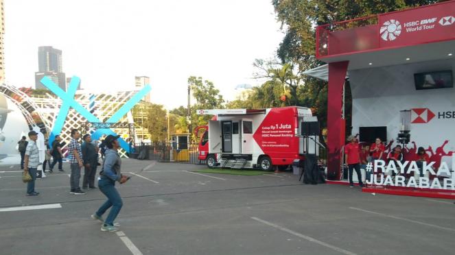 Booth HSBC menyediakan games shuttlecock launcher di Indonesia Open 2019
